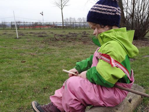 Kinder schnitzen mit dem Taschenmesser